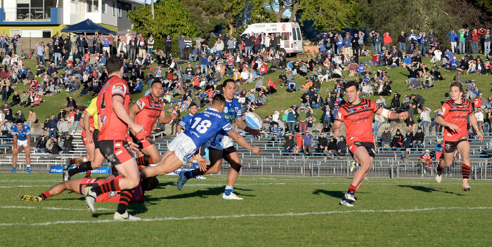 Newtown's Arana Taumata (number 18) gets his pass away to Jets team-mate Kurt Kara with plenty of North Sydney Bears traffic around them, and the famed Henson Park hill in the background. Photo: Michael Magee Photography
